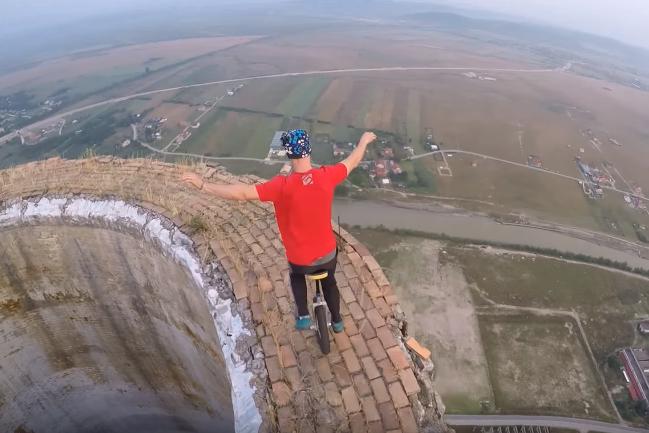 Ez félelmetes! Egy srác a 250 méteres torony tetején zsonglőrködik